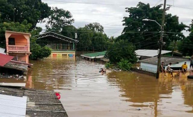 Ураганы «Эта» и «Йота» — одни из самых сильных штормов, обрушившихся на Центральную Америку за последние 20 лет. Сильные дожди вызвали обширные наводнения, в то время как во многих районах были нарушены коммуникации, пропало электричество и были разрушены дороги.