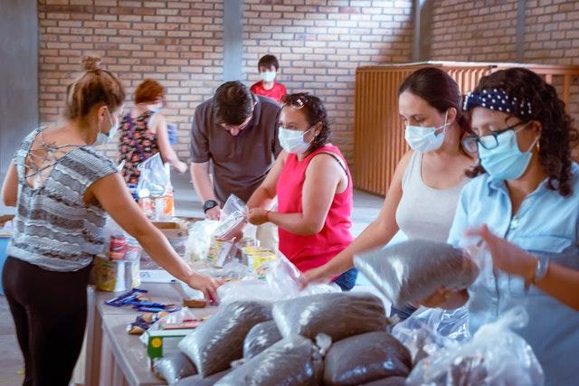 Чрезвычайный комитет Национального Духовного Собрания бахаи создал центр сбора пожертвований в школе бахаи в Сигуатепеке, — городе, расположенном за пределами наиболее пострадавших прибрежных районов.