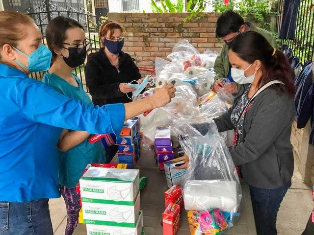 Осознавая повышенную уязвимость населения к распространению коронавируса после разрушительных штормов, волонтёры в сети Комитета по чрезвычайным ситуациям вместе с другими вещами распространяют также и защитное снаряжение.