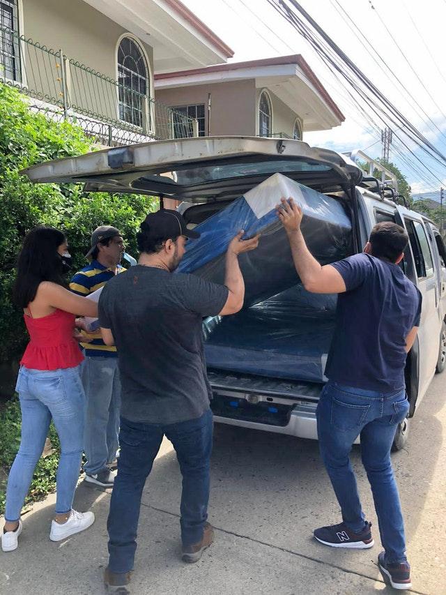 Волонтёры, координируемые Комитетом по чрезвычайным ситуациям, привезли и подарили матрасы семьям в сильно пострадавшем городе Сан-Педро-Сула, где многие люди потеряли свои дома.