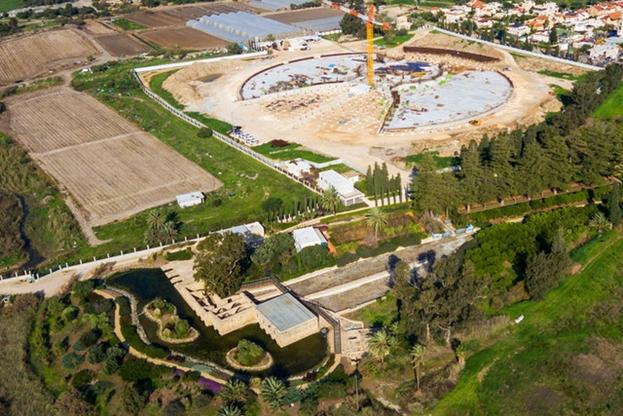 Вид с воздуха показывает недавний прогресс в строительстве Усыпальницы Абдул-Баха. Усыпальница строится неподалёку от сада Ризван, который виден на переднем плане.