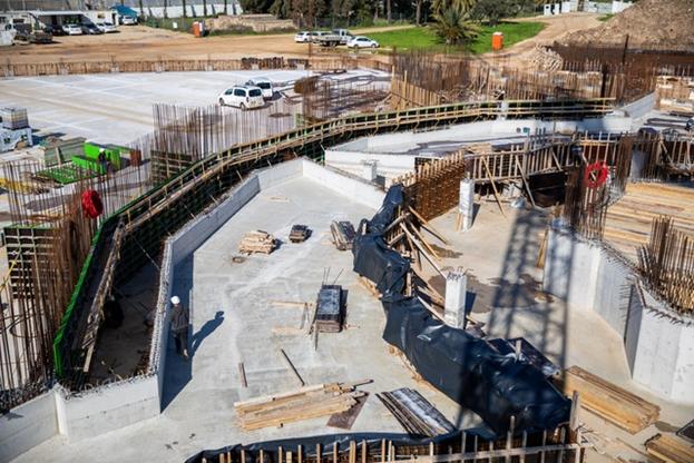 В зоне центральной площадки завершены работы по установке бетонных клумб, которые позже будут заполнены почвой. Эти клумбы также будут обеспечивать орошение садов.