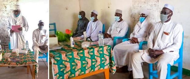Главный вождь области Баро (слева) и другие высокопоставленные лица обращаются к собранию традиционных вождей.
