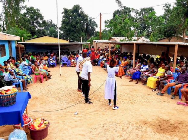 Фотография сделана до нынешнего глобального кризиса в области здравоохранения. По всему Чаду участники усилий по построению общины бахаи часто собираются, чтобы проконсультироваться и обдумать свои действия.