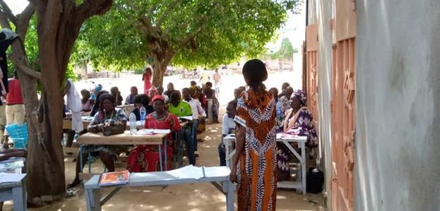Фотография сделана до нынешнего глобального кризиса в области здравоохранения. Образовательные программы бахаи в Чаде укрепляют узы дружбы и способствуют служению обществу.