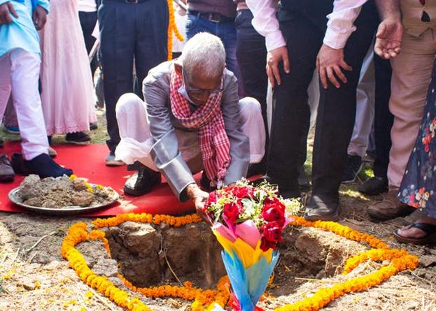 Сегодня было заложено основание для первого местного Дома Поклонения бахаи в Индии. Почва, собранная в деревнях штата Бихар, была помещена в землю на месте храма, что символизировало связь между тысячами жителей этих деревень и Домом Поклонения.