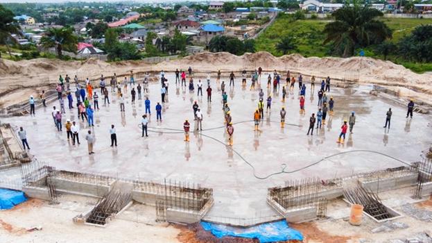 Персонал, работавший на строительстве Храма, собрался в четверг на недавно завершённой плите перекрытия, чтобы отметить эту ключевую веху в проекте.