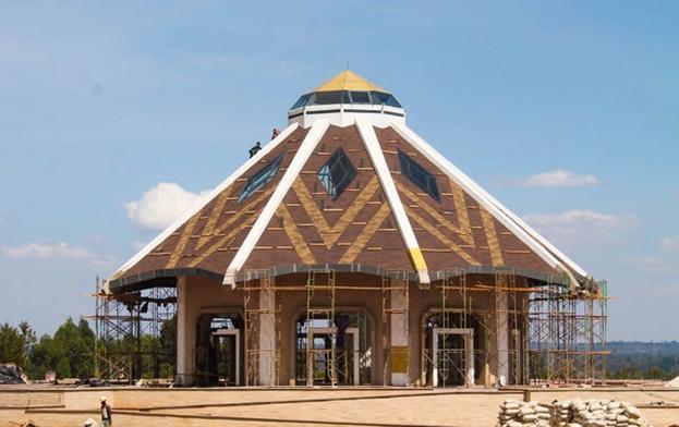 По мере того, как внешний вид местного Дома Поклонения Бахаи в Матунда-Сой, Кения, близится к завершению, изящная форма храма становится всё более различимой. Этот дизайн навеян традиционными для этого региона хижинами. Открытые балки крыши подчёркивают девятиугольную конструкцию здания.
