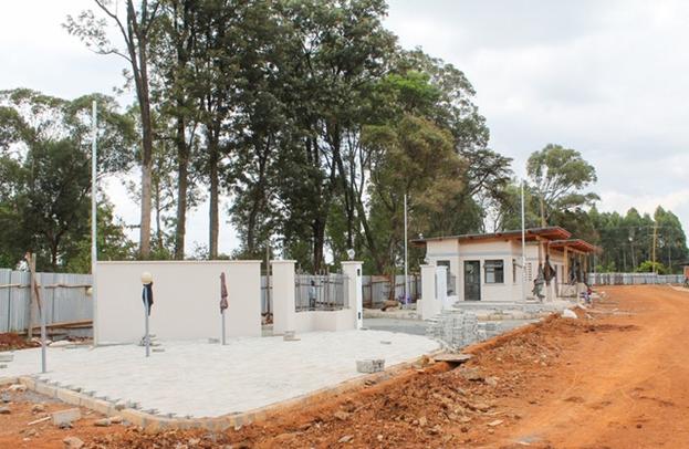 Завершается строительство главных ворот, ведущих на территорию храма.