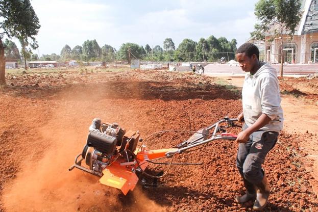 Местные жители сыграли важную роль в выполнении различных задач, в том числе в подготовке садов, которые будут окружать храм.