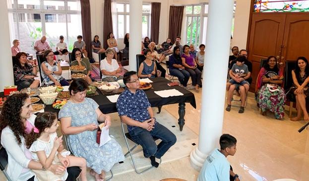 Фотография сделана до нынешнего глобального кризиса в области здравоохранения. Праздник Девятнадцатого Дня в сингапурской общине бахаи в в январе 2020 года.