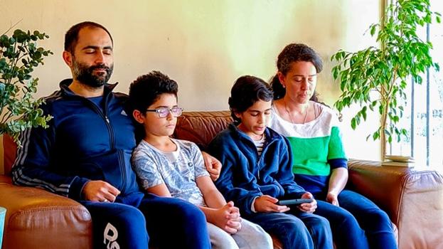 Чилийская семья читает молитвы бахаи в рамках трансляции, которая должна была передать тот же дух молитвы, который испытывают люди, когда вместе молятся у себя дома.