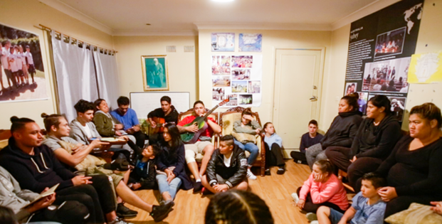 Фотография сделана до нынешнего глобального кризиса в области здравоохранения. В статье освещается яркая общественная жизнь, которая формируется в Маунт-Друитт благодаря молитвенным собраниям, дискуссиям и музыке.