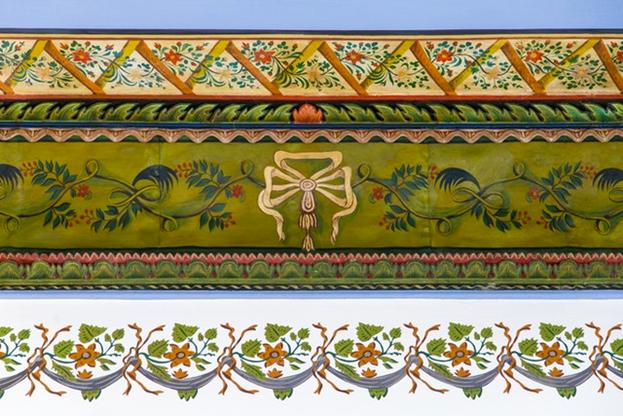 Деталь отреставрированного фриза в доме Аббуда.
