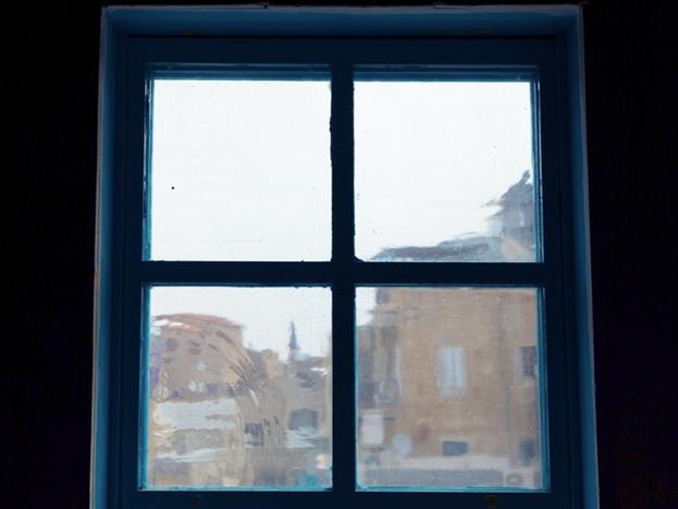 Для изготовления оконных стёкол использовались старинные методы стеклодувного искусства.