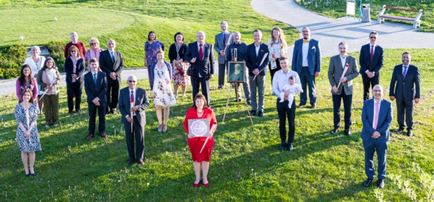 Участники первого Национального Съезда хорватской общины бахаи  вместе с членами недавно избранного Национального Духовного Собрания.