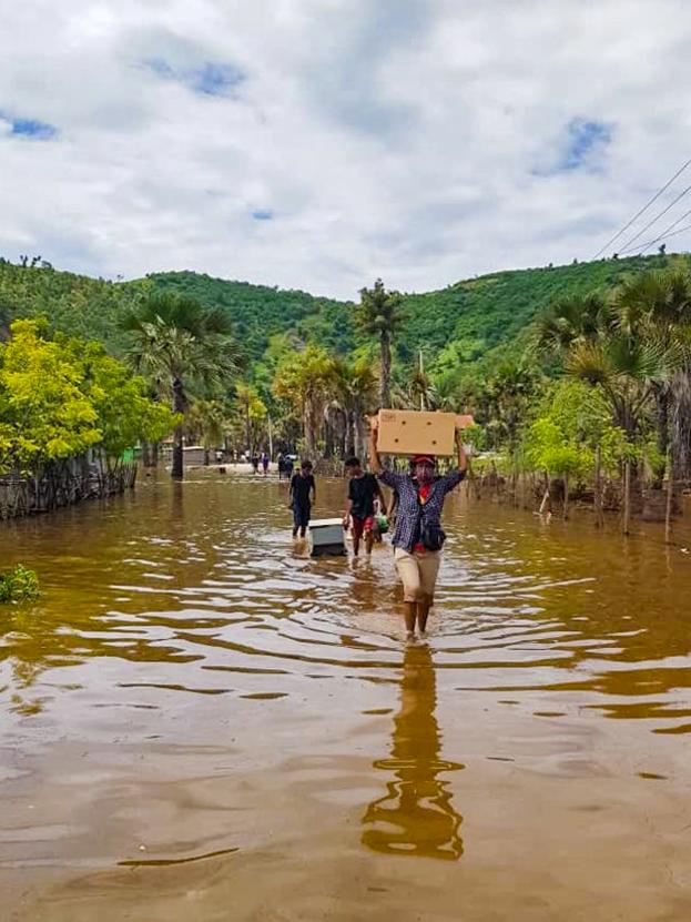 """Учреждения бахаи и чиновники работали плечом к плечу с местными жителями, """"  — говорит Мадалена Мария Баррос, член Национального Собрания. Многие чиновники лично помогали доставлять гуманитарную помощь."""