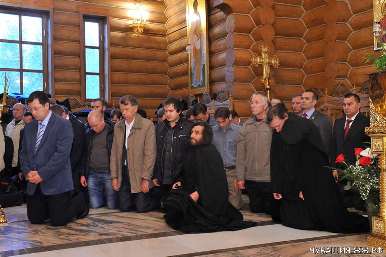 Глава Чувашии Михаил Игнатьев встал на колени