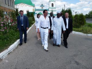 Президент Чувашии с людоедами из Африки выходют из трапезной