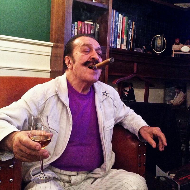 Вилли Токарев запечатлен в момент прокура сигары «Евгений Онегин»