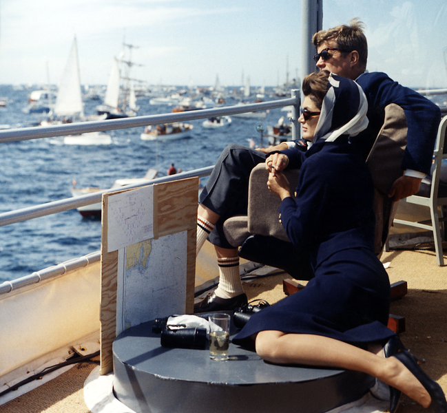649px-President_Kennedy_and_wife_watching_Americas_Cup,_1962
