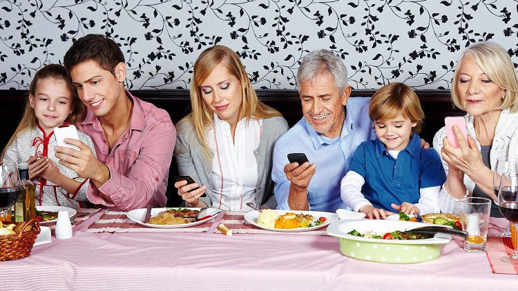 0_Family_with_phones.@750