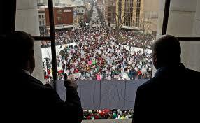 толпы протестующих на улицах Мэдисона, Висконсин, США