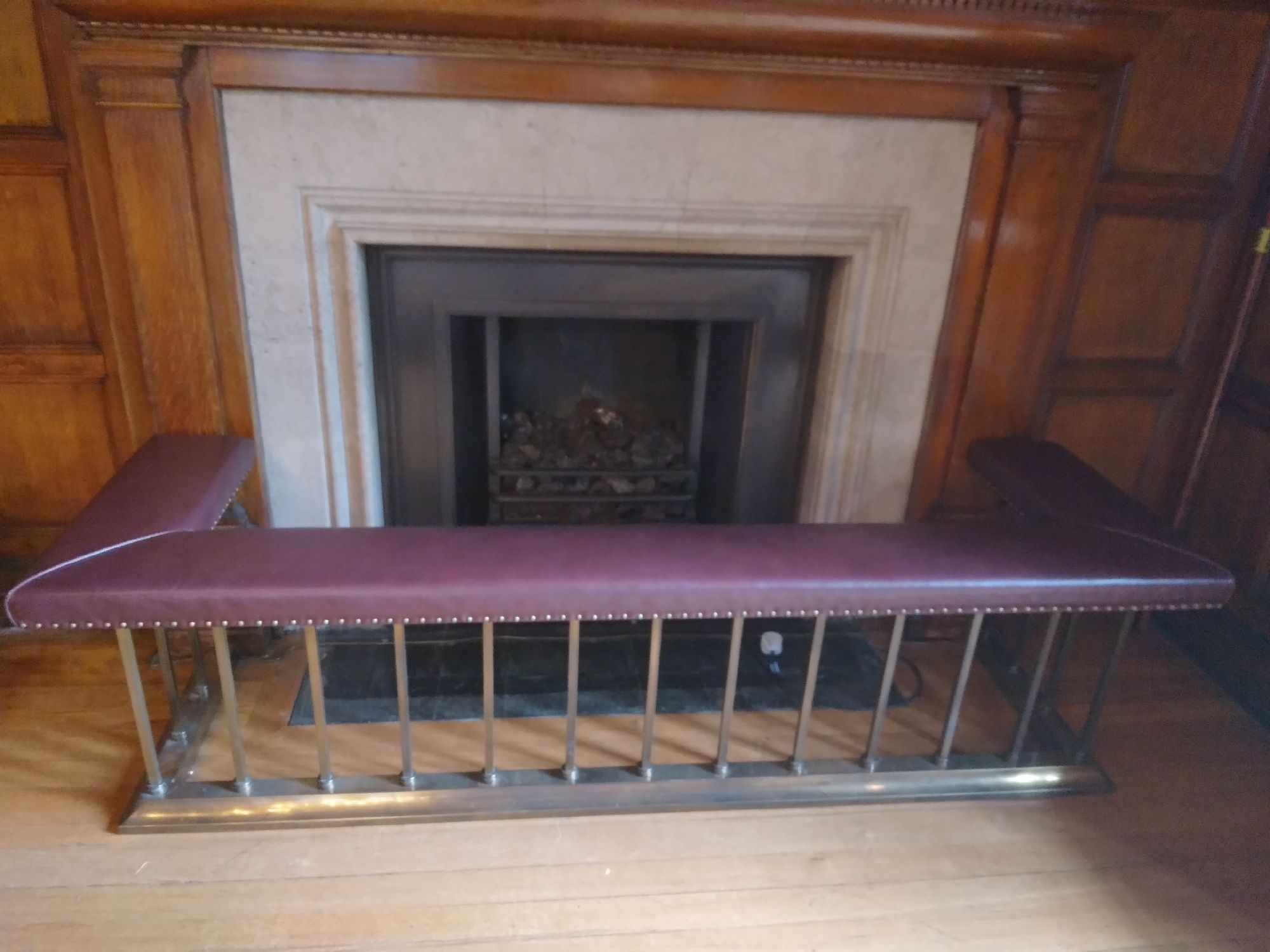I hear you thinking, now why is there a padded seat round the fireplace? No idea.