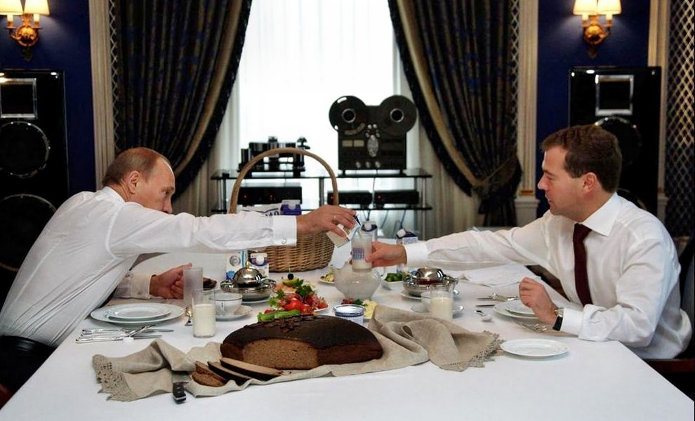 Путин и Медведев завтракают