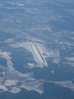 Вдали виднеется аэропорт. ВВП.