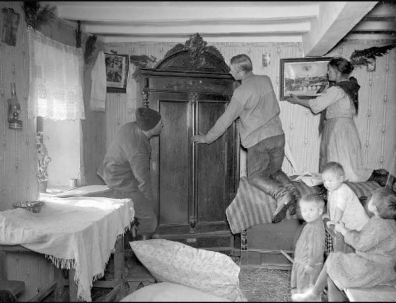 Новоселье: семья бывшего батрака вселяется в дом раскулаченного кулака, 1929