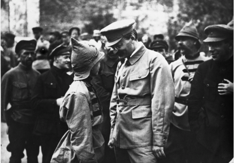 Лейба Давидович зачёсывает Мальчишу-Кибальчишу за Большую Тайну.