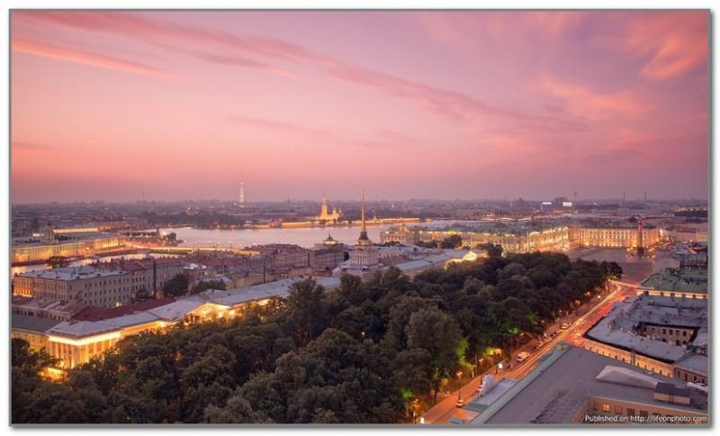 Открыточный, хорошо всем известный видна Адмиралтейство с Исаакиевского собора. Зеленый массив - это Александровский сад. В последние годы его привели в порядок и сейчас там очень красиво.