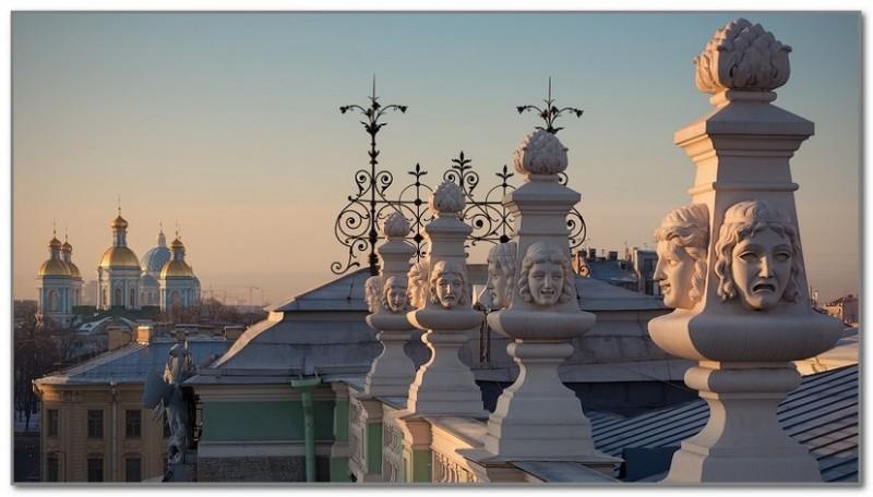 Очень интересный вид на Никольский собор с крыши Мариинки.
