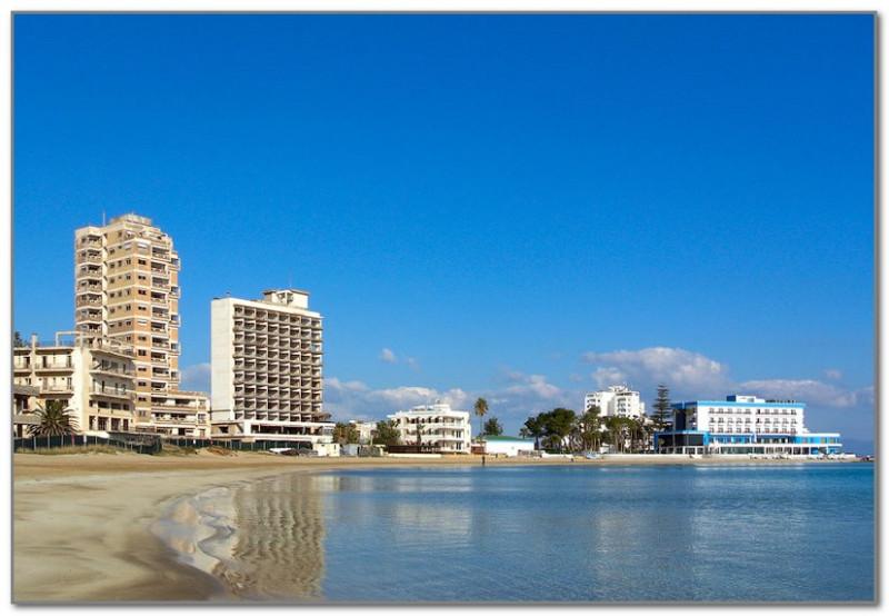 Бело-голубое здание справа - действующий отель