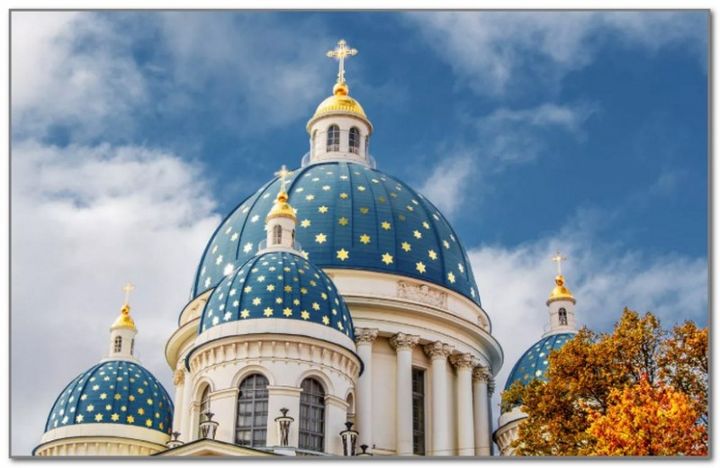 Троицкий собор. Изначально имел зеленые купола. Их цвет был изменен на голубой по личному приказу Николая I.