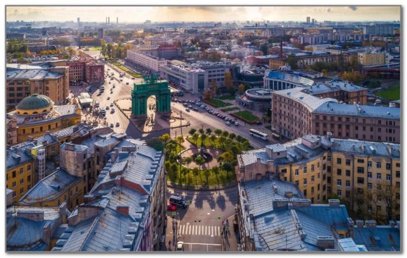 В центре Нарвские триумфальные ворота - едва ли не единственная яркая достопримечательность этого уголка города