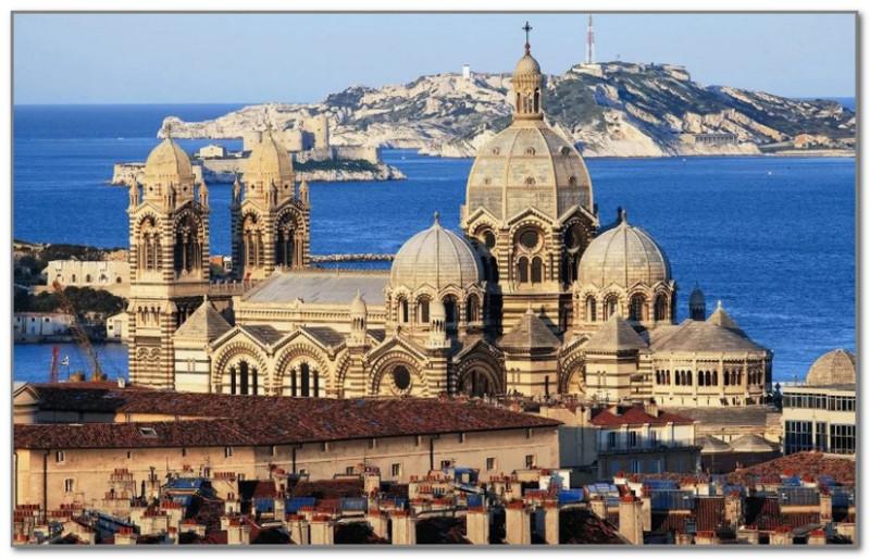 Это Марсель - город с яркой историей и необычной архитектурой. На заднем плане знаменитый замок Иф
