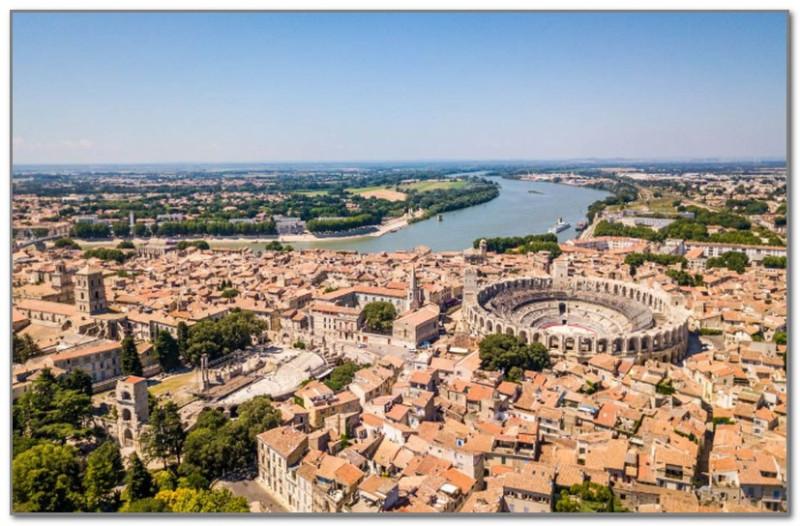 А это Арль с его огромным римским амфитеатром в окружении французских домиков
