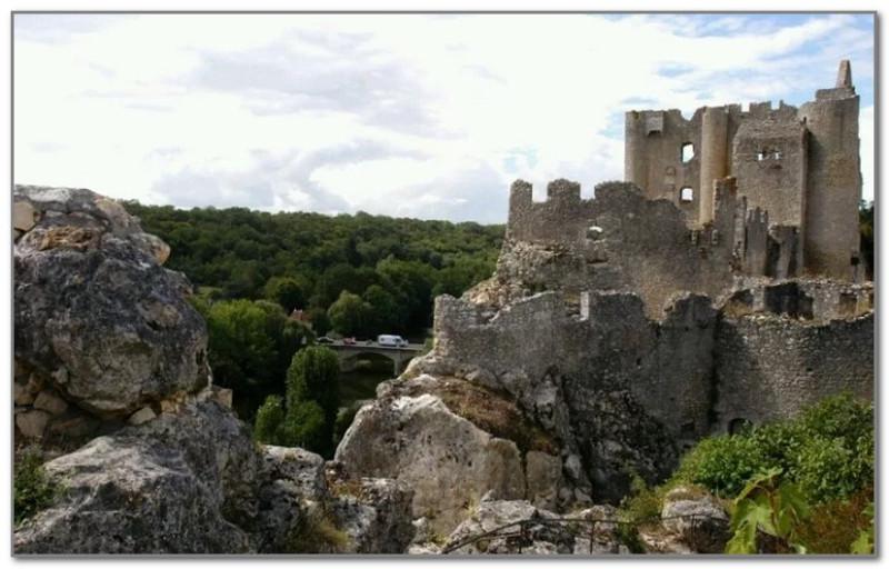 Руины замка Лузиньян. Он был разрушен в ходе религиозных войн XVI века, и с тех пор не восстанавливался