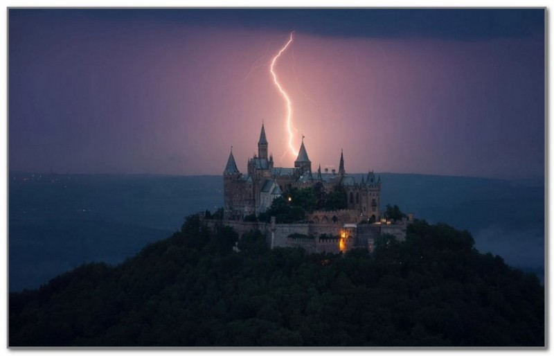 Молния над замком Гогенцоллерн. Фото Martin Kornmesser