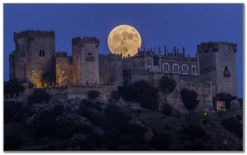 Восход луны над замком Альмодовар в Кордове, Испания, 13 ноября 2016 года. Фото Miguel Morenatti