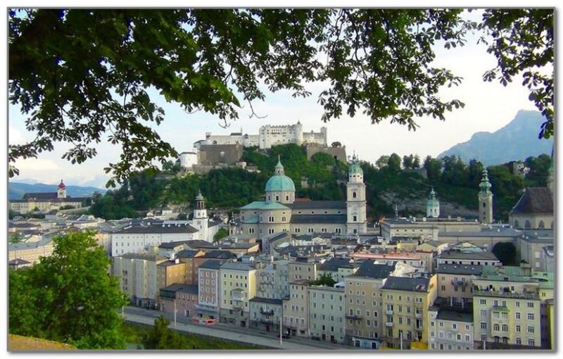 Унтерсберг видна справа от крепости Хоэнзальцбург