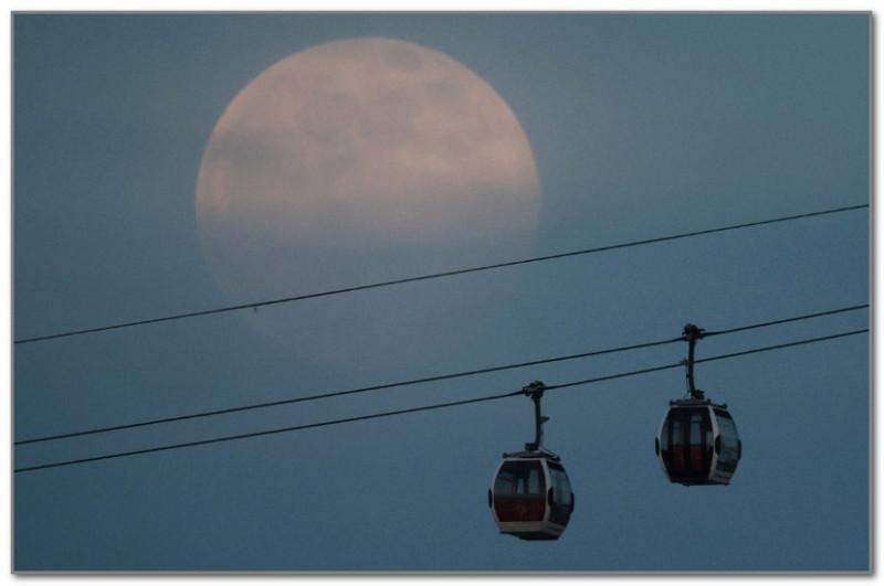 Это Розовая луна в Лондоне...