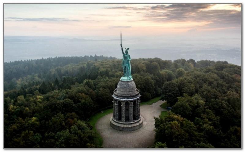 Памятник Арминию в Тевтобургском лесу
