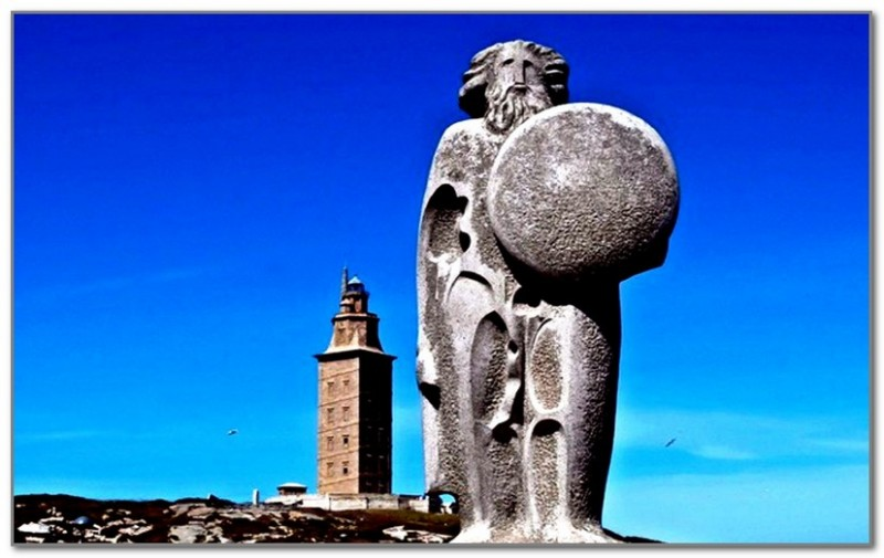 Статуя короля Бреогана на фоне маяка