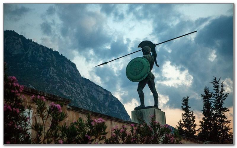 Памятник спартанцам в Фермопильском ущелье