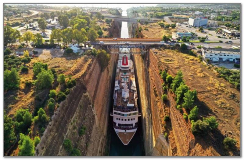 Корабль в Коринфском канале
