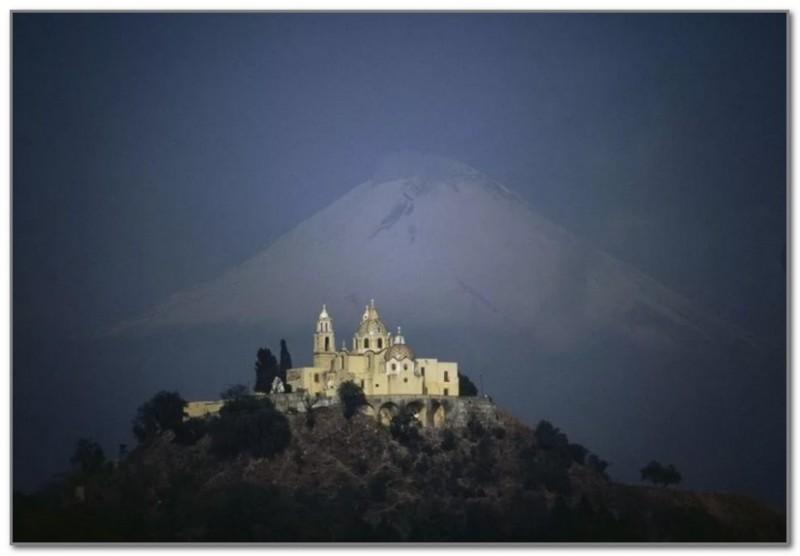 С вершины пирамиды Чолулы прекрасно виден величественный Попокатепетль