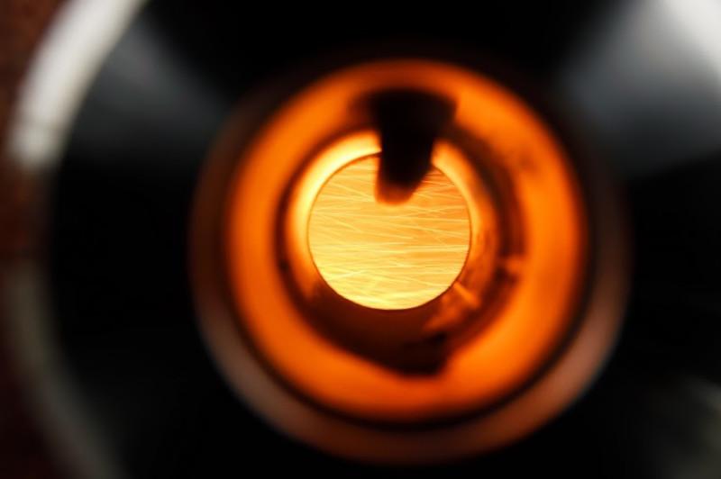 Горение железного порошка видно через стекло в камере сгорания.